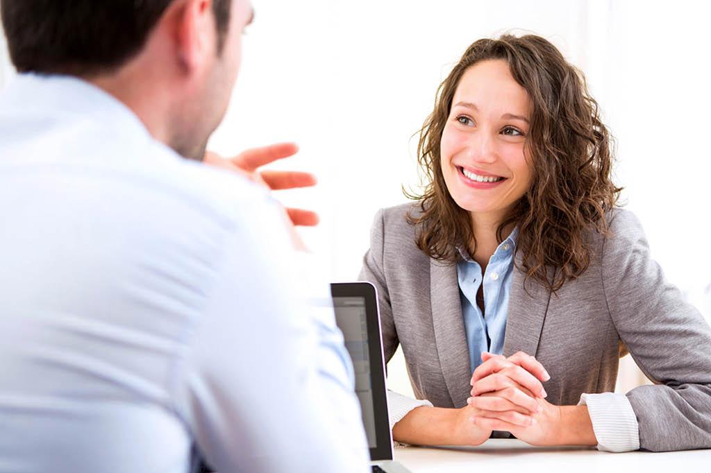 Körpersprache im Bewerbungsgespräch richtig einsetzen