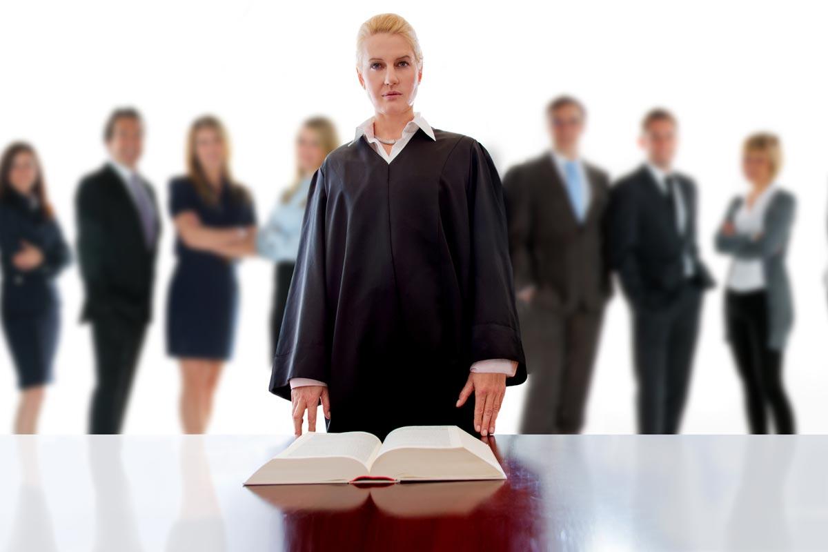 Juristenmangel in Deutschland: Richterinnen und Anwälte dringend gesucht